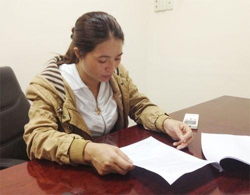 Chị Hồng đọc lại văn bản trả lời của Công an Q.Tân Bình