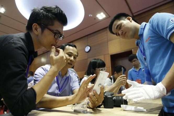 Trải nghiệm BPhone tại sự kiện ra mắt ngày 26-5 tại Hà Nội - Ảnh: Nguyễn Khánh