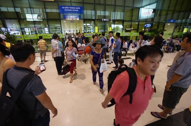 Hành khách tại sân bay Tân Sơn Nhất, TP.HCM chiều 16-6
