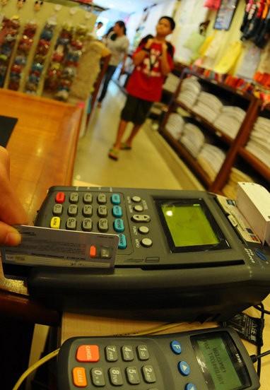 Tá hỏa vì không xài mà thẻ tín dụng vẫn bị trừ tiền ảnh 1