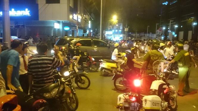 Phạt hai cô gái gây náo loạn phố đi bộ Nguyễn Huệ 150.000 đồng ảnh 1