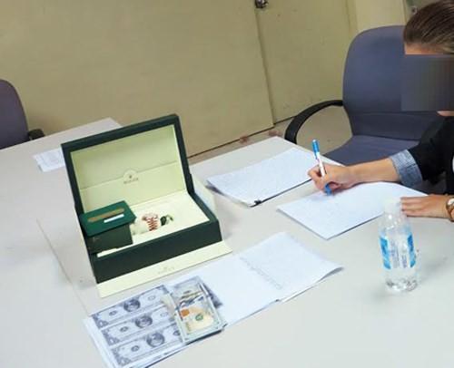Nữ Việt kiều gian lận thuế chiếc đồng hồ gần tỷ đồng ảnh 1