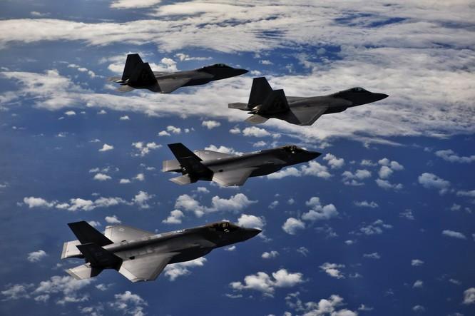 Mỹ triển khai các máy bay ném bom tàng hình chiến lược B-2 và máy bay tiêm kích tàng hình F-22