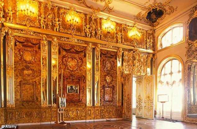 Nó được cho là bị đánh cắp từ Cung điện Catherine gần thành phố St Petersburg vào năm 1941.