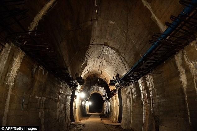 Ông Bower tin rằng đoàn tàu chở kho báu được giấu trong một đường hầm bí mật do Đức quốc xã xây dựng kiểu như thế này