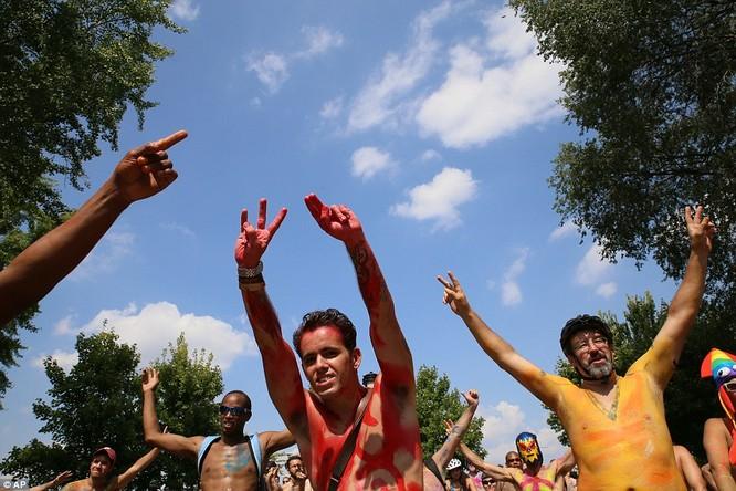 Người tham gia màn trình diễn này hầu như chăng mặc gì trên người và chỉ sơn màu lên cơ thể