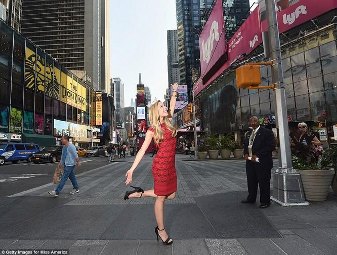 Hoa hậu Mỹ Kira Kazantsev tại Times Square