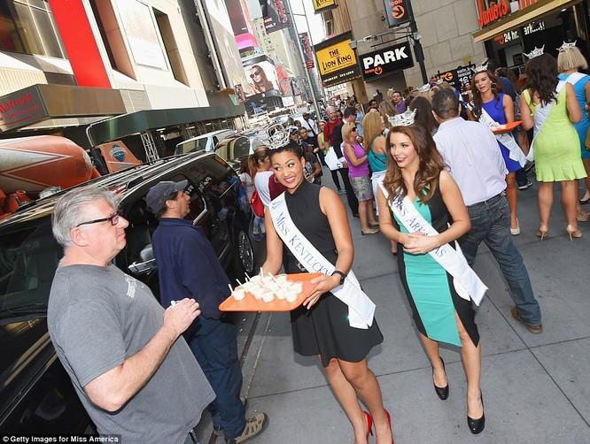 Hoa hậu Kentucky mời khách thưởng thức món tráng miệng