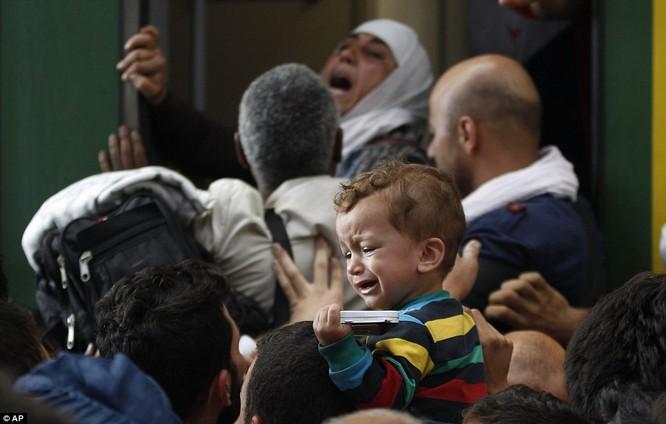 Kinh hoàng làn sóng dân chạy loạn tìm cách tràn vào châu Âu ảnh 24