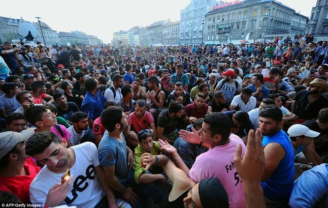 Kinh hoàng làn sóng dân chạy loạn tìm cách tràn vào châu Âu ảnh 28