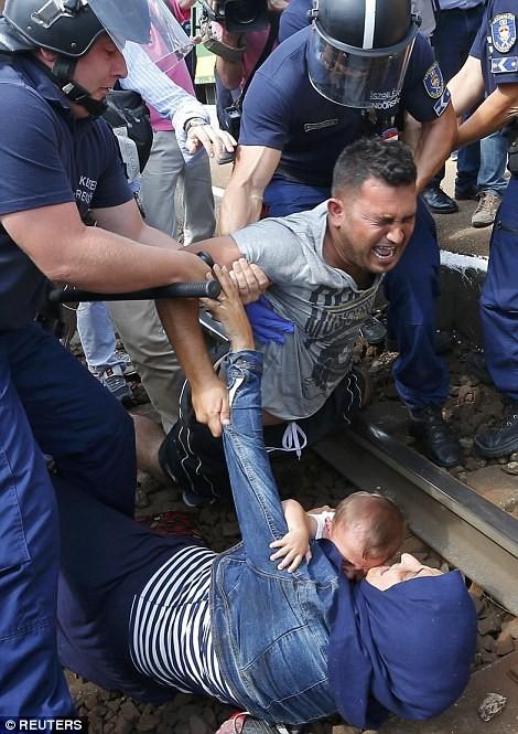 Kinh hoàng làn sóng dân chạy loạn tìm cách tràn vào châu Âu ảnh 3