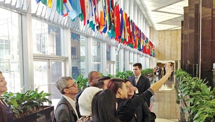 Sảnh lớn Bộ Ngoại giao treo cờ các nước trên thế giới Mỹ có quan hệ ngoại giao