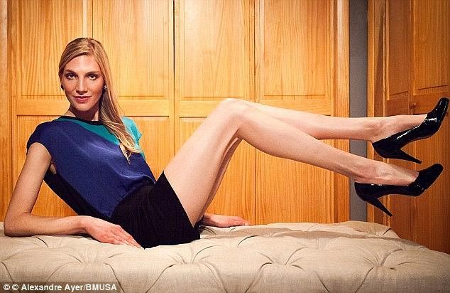 Trước đó, người mẫu Brooke Banker ở New York nhận minh là người có đôi chân dài nhất với 47 inches