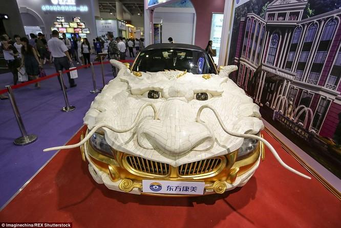 """Chiếc xe """"rồng bay"""" này được chế tác cùng với 30.000 mảnh xương bò Tây Tạng quý và 1.999 miếng vàng ròng, theo tờ Nhân dân nhật báo Trung Quốc."""