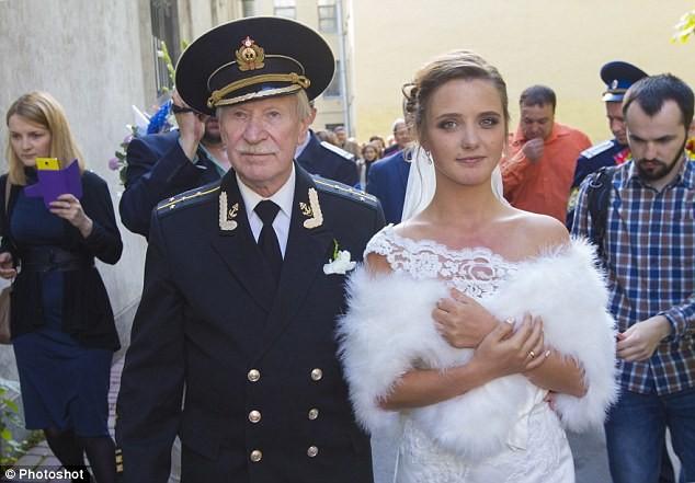 Lão diễn viên nổi tiếng tuổi 85 cưới gái trẻ 24 tuổi ảnh 3