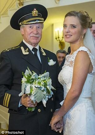 Lão diễn viên nổi tiếng tuổi 85 cưới gái trẻ 24 tuổi ảnh 4