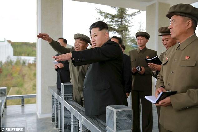 Nhà lãnh đạo Kim Jong un thị sát một cuộc tập trận của quân đội Triều Tiên