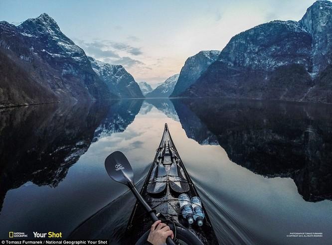 Chèo thuyền khi hoàng hôn nhẹ buông trên hồ ở Na UY