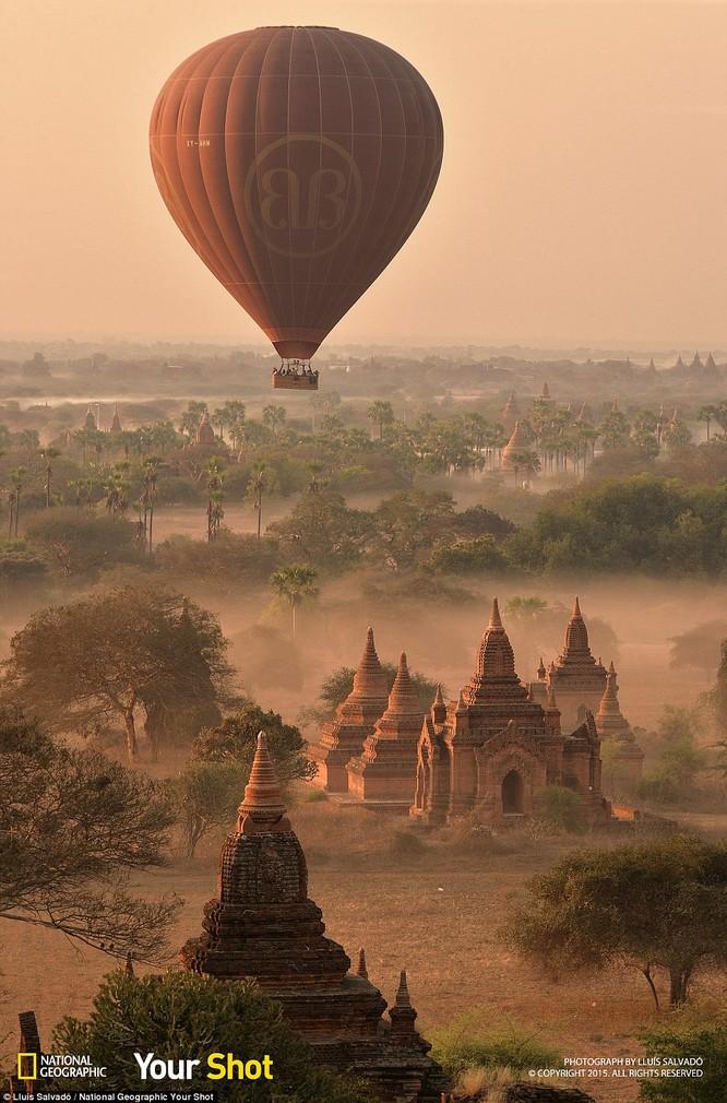 Bình minh lên chiếu tỏa ánh sáng xuống những khu đền cổ ở Bagan, Myanmar