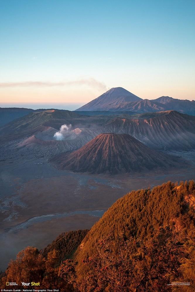 Những miệng núi lửa đang nhả khói tại Mount Bromo, Indonesia