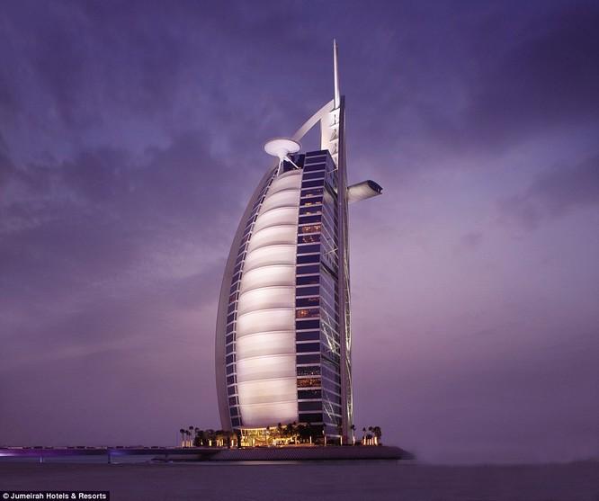 Khách sạn thiết kế hình cánh buồm có sân đậu trực thăng và nhà hàng trên nóc, được xem là biểu tượng thịnh vượng của Dubai