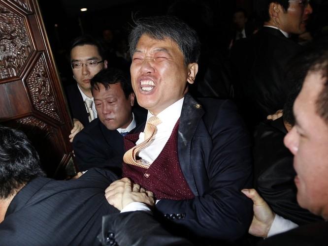 Chính khách choảng nhau bằng…kungfu như xã hội đen ảnh 19