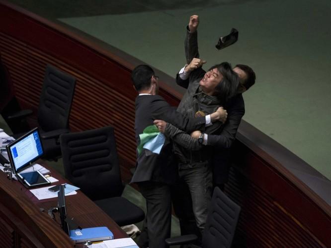Chính khách choảng nhau bằng…kungfu như xã hội đen ảnh 2