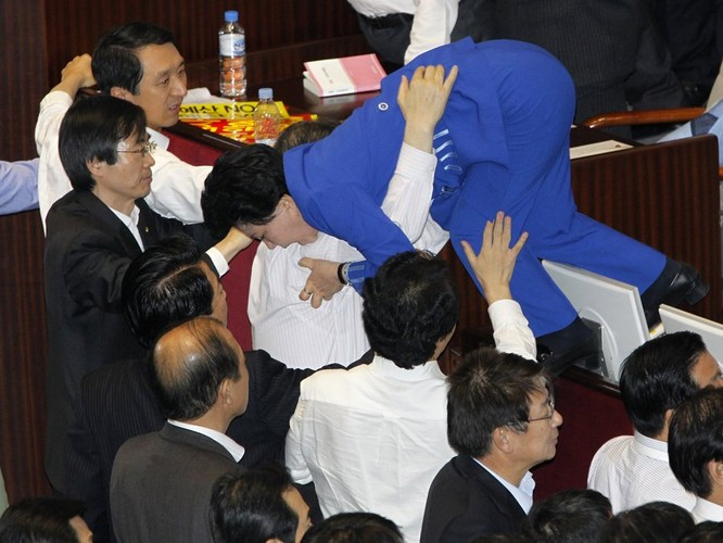 Chính khách choảng nhau bằng…kungfu như xã hội đen ảnh 22
