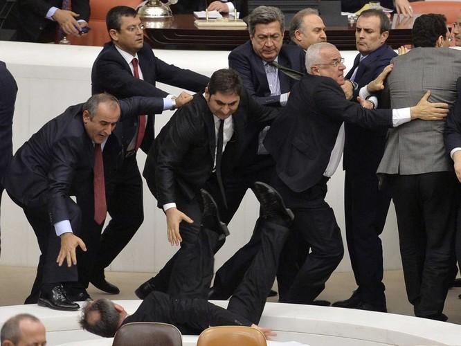 Chính khách choảng nhau bằng…kungfu như xã hội đen ảnh 3