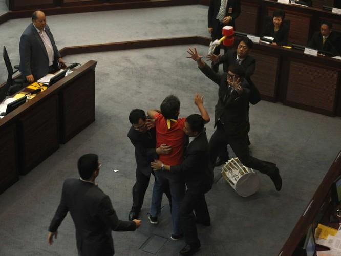 Chính khách choảng nhau bằng…kungfu như xã hội đen ảnh 7