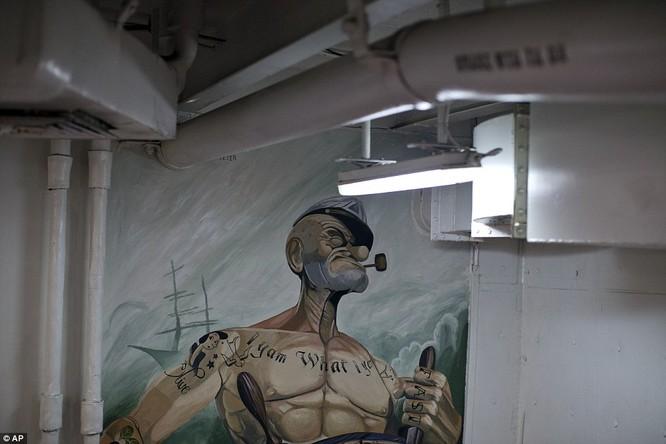 Hơn 5.000 người sống ra sao trên siêu tàu sân bay Mỹ ảnh 14