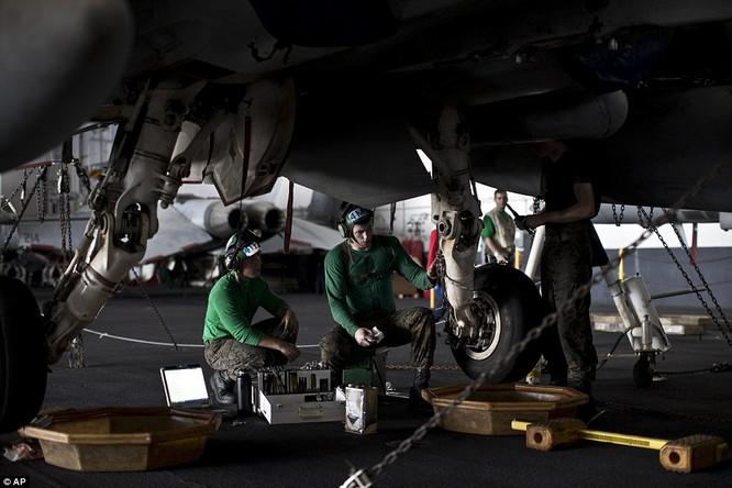Hơn 5.000 người sống ra sao trên siêu tàu sân bay Mỹ ảnh 15