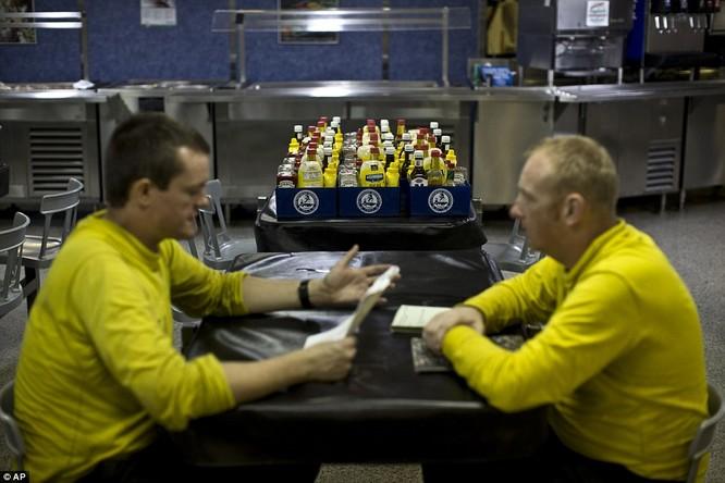 Hơn 5.000 người sống ra sao trên siêu tàu sân bay Mỹ ảnh 16