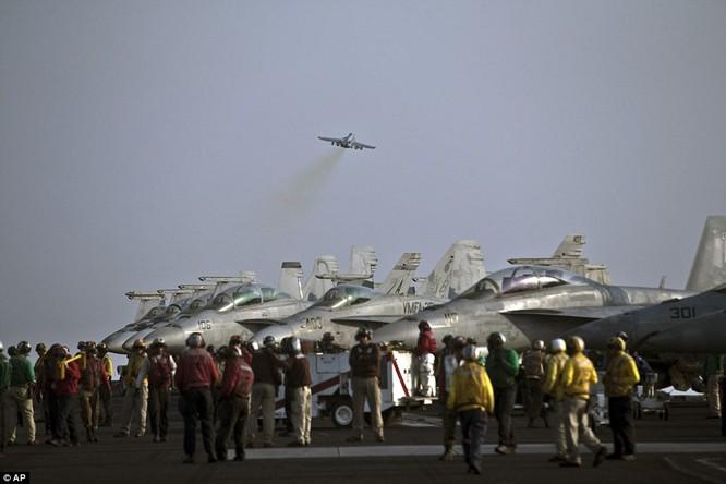 Hơn 5.000 người sống ra sao trên siêu tàu sân bay Mỹ ảnh 1