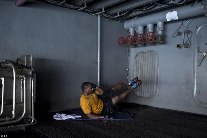 Hơn 5.000 người sống ra sao trên siêu tàu sân bay Mỹ ảnh 24