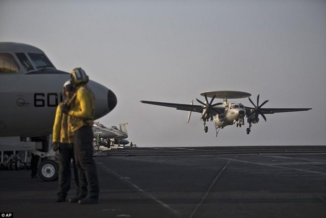 Hơn 5.000 người sống ra sao trên siêu tàu sân bay Mỹ ảnh 3