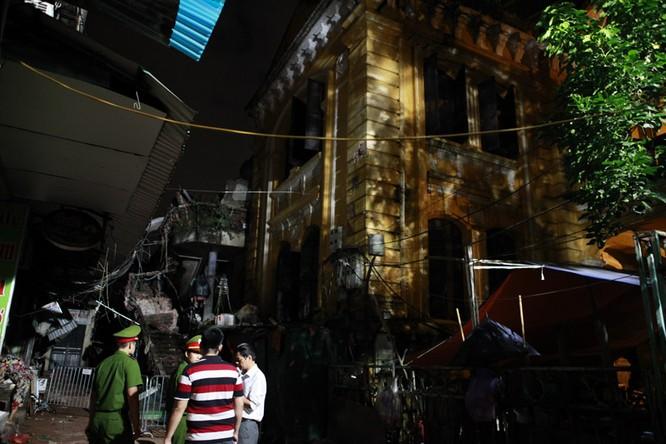 35 nhân viên thoát chết kỳ diệu trong vụ sập nhà cổ 107 phố Trần Hưng Đạo ảnh 4