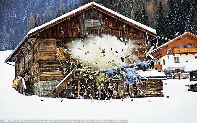 Máy bay của Bond rơi xuống nhà ở vùng núi nước Áo