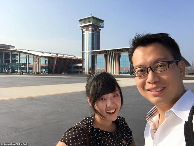 Aram Pan (phải) và cô Kim, nữ hướng dẫn viên người Triều Tiên