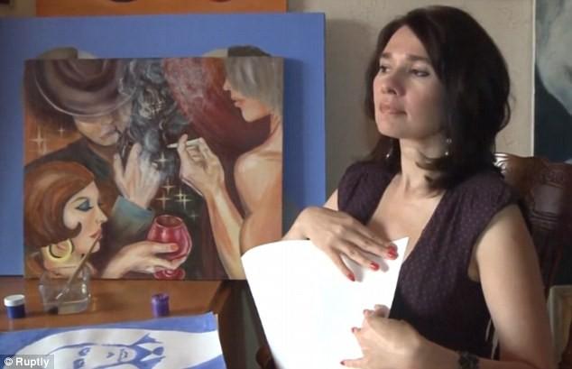Romanovskaya vẽ chân dung nhân vật lên bầu vú của mình trước khi ép vải vẽ lên da để chuyển hình vẽ lên giấy.