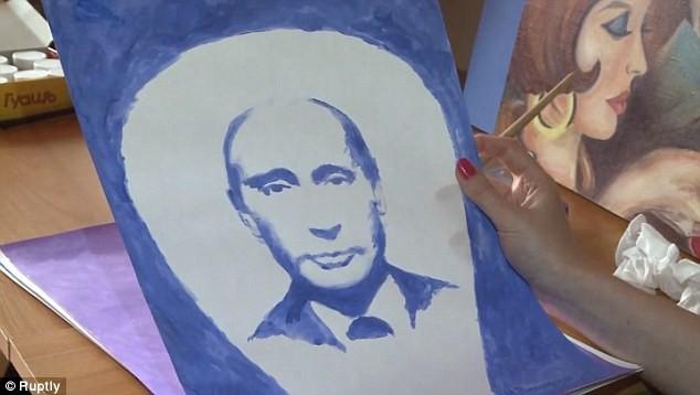 Romanovskaya tiết lộ cô dùng bầu ngực bên trái để vẽ ông Putin