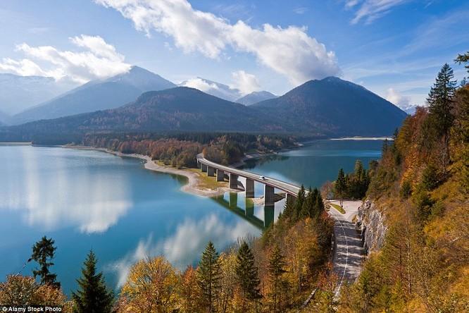 Núi soi xuống hồ thu ở Sylvenstein, Bavaria, Đức