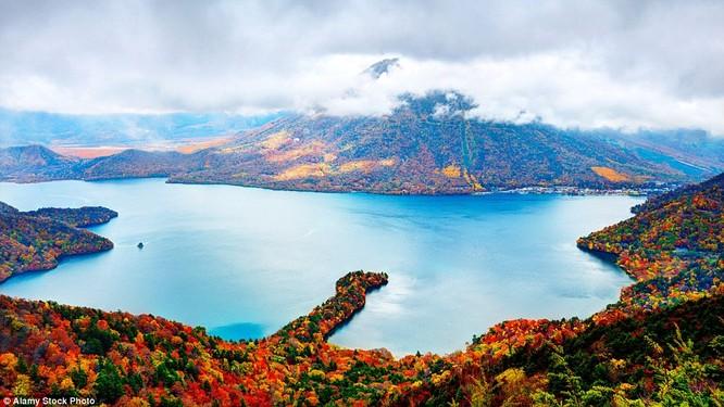 Cảnh thu ở núi Nantai và hồ Chuzenji ở Niko, Nhật Bản