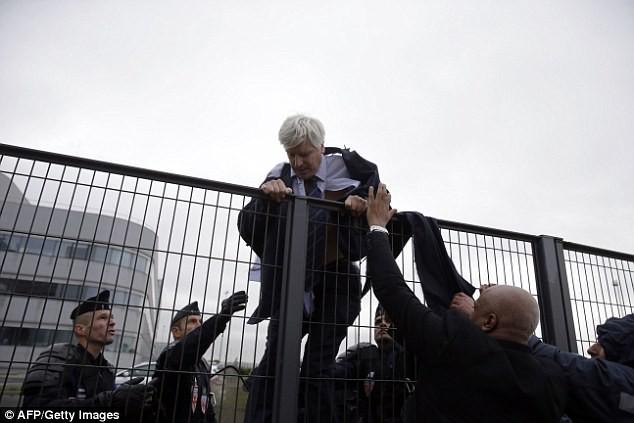 và phải trèo rào để thoát khỏi đám đông giận dữ
