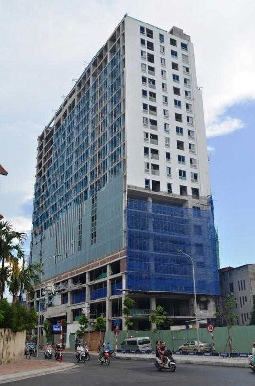 """Hà Nội buộc dỡ tầng sai phép tòa nhà """"pháo đài"""" 8B Lê Trực ảnh 1"""