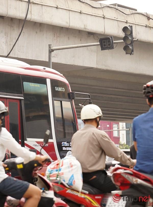 Hà Nội: Nhiều tuyến đường tê liệt suốt sáng vì ùn tắc ảnh 12