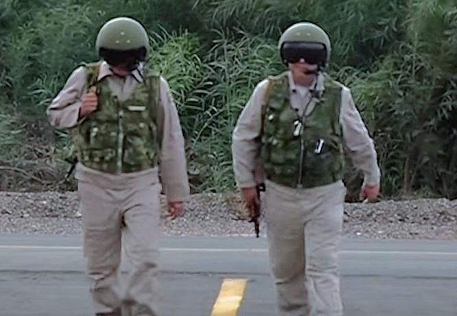 Mỗi khi xuất trận, các phi công Nga luôn đem theo bên mình một khẩu AK