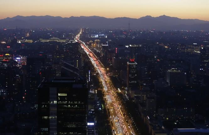 Xe cộ chen nhau giờ cao điểm buổi tối ở Bắc Kinh