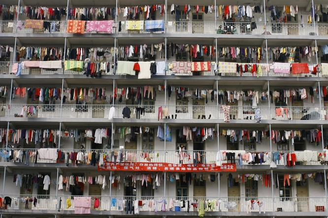 Quần áo treo ngoài ký túc xá sinh viên ở thành phố Vũ Hán, tỉnh Hồ Bắc