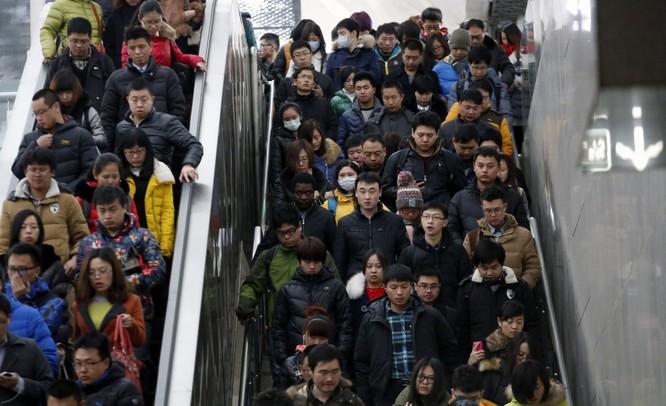 Đua nhau xuống tàu điện ngầm ở Bắc Kinh giờ cao điểm